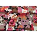 Vínovorůžové květy na patchworkovém vzoru